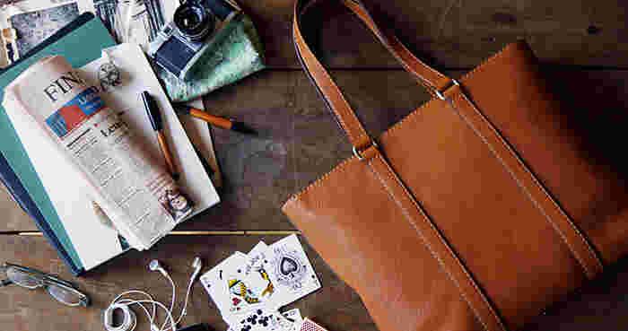 土屋鞄製造所の革製品は、年月を重ねるごとに風合いが増し、長く愛用できる一品です。あなたもぜひ、ひと手間かけて革を育てながら、自分だけの色とつやを楽しんでみてはいかがでしょうか?