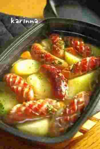 ポトフもダッチオーブンで♪ほくほくのじゃがいもやとろとろ玉ねぎ、あつあつジューシーなソーセージなど具だくさんで、体の芯まで温まります。