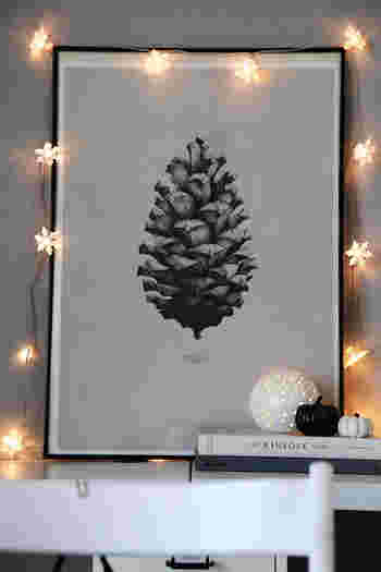 ポスター周りをLEDライトで飾ると、グッと幻想的で雰囲気にある空間になります。 クリスマスの装飾にもぴったり♪ ホームパーティーなどでも真似したくなるアイデアです。