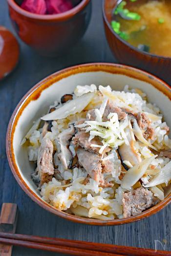 炊き込みご飯も、下味冷凍した挽き肉で作れます!冷凍庫から出したお肉を割って、炊飯器のお米の上へ入れ、その上にごぼうや椎茸を重ねてスイッチを入れるだけ。お肉の崩し方を調整して、好みの大きさにすると◎