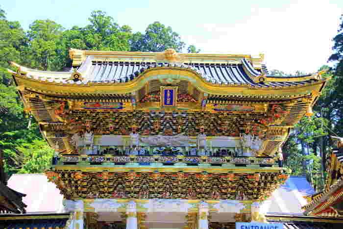日本を代表する観光地の1つで、パワースポットとしても人気の世界遺産、「日光東照宮」にも急で長い階段が。ボタンの花に囲まれ、うたた寝をする猫「眠り猫」の奥に、「奥社」に続く急で長い階段が続いています。  ※写真は今年の3月に修復が終了した、国宝の「陽明門」
