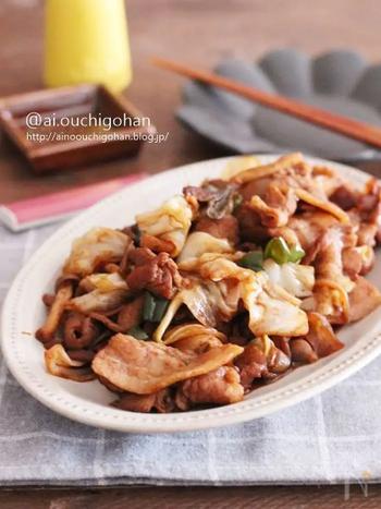 野菜と一緒に豚肉を下味冷凍しておく回鍋肉のレシピ。肉と野菜を袋の中で分けて冷凍することで、別々に炒めることができて、それぞれがおいしい食感に仕上げられます。