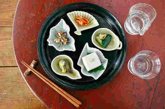 こちらは<アマブロ(amabro)>の豆皿。日本の伝統工芸と新しいアートの視点をかけ合わせた「JAPAN MADE・MAME FORM」シリーズから、「扇、茄子、鶴、ひょうたん、蝶」の縁起良いモチーフの波佐見焼きを使っています。ぽってりとした厚みのある形にこだわった、レトロな雰囲気が素敵。乾物、梅干し、キムチなどの日常的な常備菜もよそ行きの表情に変身します。
