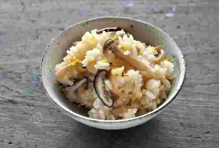 椎茸・しめじ・えのきをたっぷり使って作る「きのこご飯」。お米にだし汁と醤油などの調味料で味付けして、きのこを加えてあとは炊くだけ。簡単なのにとっても美味しいきのこご飯の出来上がり。最後に黄柚子を上から散らすと味も見た目もよくなりますよ!