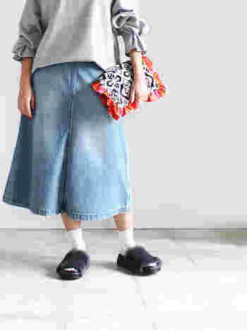 ノースフェイスのAラインが綺麗なデニムスカートには、袖口に個性的なシャーリングが効いたスエットや、ブラックの今年流行りのファーのサンダルを合わせ、バッグもしっかり主張できるクラッチでまとめると、おしゃれ上級者になれます。