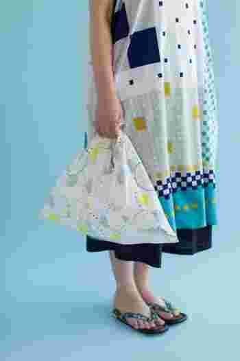 さわやかなデザインの夏らしいワンピース。縁日のヨーヨーや水遊びを彷彿とさせるテキスタイルの「あづまバッグ」。夏の思い出を凝縮して。