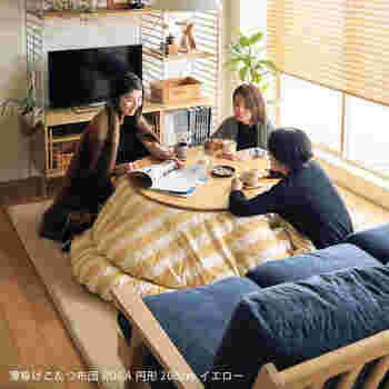 円形のこたつはカジュアルで洋室によく合う雰囲気。サイズは直径75~120cmくらいと幅広く、大きさによって1~4人くらいまでが使うのに適しています。丸い布団を合わせると使いやすくなりますよ。