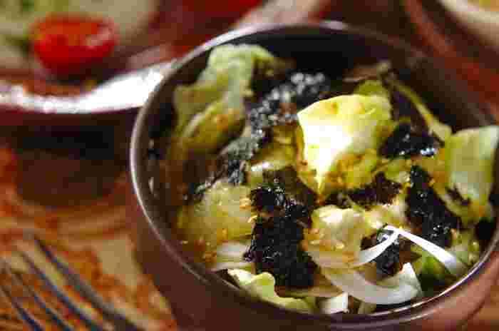 新玉ねぎ、レタス、セロリで作るヘルシーなサラダ。焼きのりと白ごまをトッピングするのがポイントです。スタミナ系のおかずとも相性の良いサラダですね*