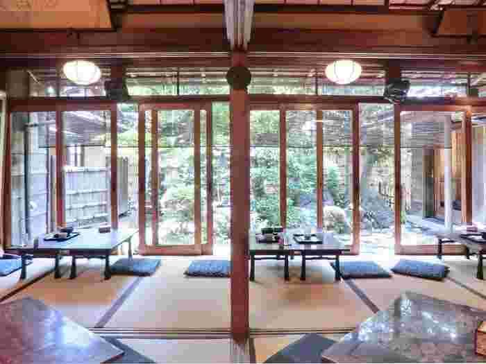 ガラス戸を通して見える庭園は、積み重ねてきたを月日がつくだした風情ある雰囲気。東京にいることを忘れてしまいそう。大正時代に建てられたということもあり、とてもノスタルジックです。