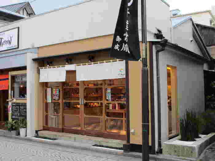 こちらも鎌倉駅西口から御成商店街の一角にある、古民家風な内装が鎌倉の町並みに馴染んでとっても素敵なチョコレート専門店「鎌倉くらん」。いつも人で賑わっています。
