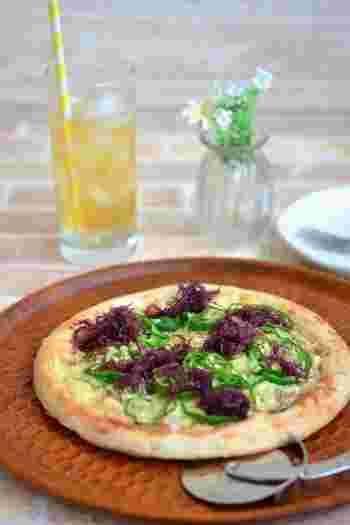 たまにはがっつり系の食事も食べたくなりますよね。そんな時におすすめの健康和風ピザです。市販生地を使用すれば時間のかかるピザも簡単に作れます♪