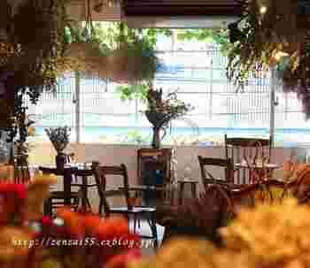 実は、こちらカフェも併設されています。 ドライフラワーの新たな一面に驚き、どれを連れて帰ろうか…悩みながら休憩にしましょう。もちろん、ショッピングや京都散策のついでに立ち寄るのも◎