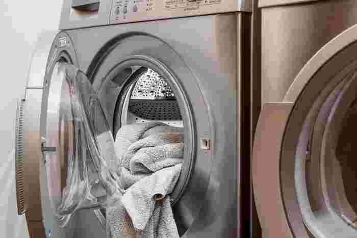 せっかく作ったTシャツなどは、綺麗なプリントをなるべく長持ちさせたいですよね。 アイロンプリントは、水に長時間つけておくと色移りやにじみの原因につながるので、つけ置き洗いはしないようにしましょう。 冷水を使い、洗濯ネットに入れて弱めのコースで洗うと良いでしょう。