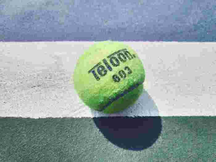 ボールアイテムを使ったコリ解消方法は、簡単で効果も感じやすいので忙しい女性にもおすすめ。テニスボールがちょうど良い大きさ・硬さといわれています。ストレッチポールやローラーなどお尻ほぐしアイテムはいくつかあるのでご自身に合ったものをみつけてみてくださいね。