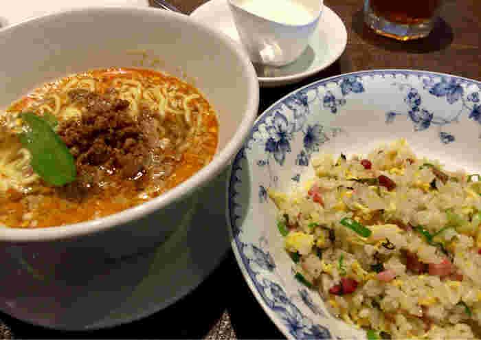 こちらのお店の名物といえば「担々麺」。ピリッと辛い濃厚なスープは、ゴマの香りが口に広がる大人気の一杯。単品もありますが、ランチは「担々麺とチャーハン定食」がおすすめで、2つのメインを楽しめる贅沢な美味しさです。