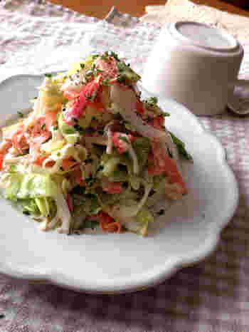 春キャベツと新玉ねぎ。春の美味しさを堪能できるサラダのレシピ。カニカマを加えて彩りも美しく見た目にも楽しいサラダの完成です♪