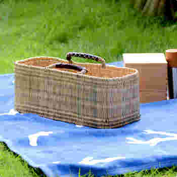 こちらはストローかごの浅めのタイプのもの。卵やお豆腐など重ねたくないものを横に並べて、持ち運ぶのにぴったりです。布のエコバッグとふたつ持ちするのにもおすすめのタイプです。