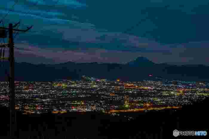夕日の後に待ち構える、絶景の夜景は圧巻に尽きます。山梨は都内から車で約2時間半ほどで訪れることが出来ますので、これからの季節が心地よい時期にオススメのスポットです。