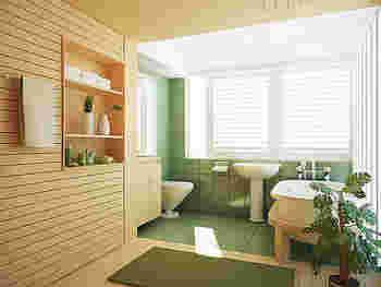 グリーンを基調とした広めのバスルーム。大きめのグリーンと棚にも植物を飾って。