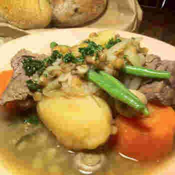 アイリッシュシチューは、アイルランドの伝統料理。現地ではマトンを使いますが、ラムでもOK。野菜は、じゃがいもや玉ねぎなどが使われるようです。