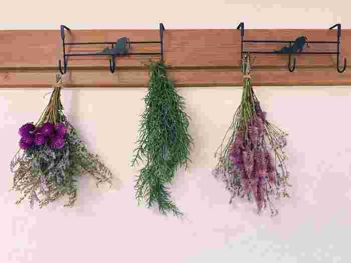 壁のフックを利用して引っ掛けたウォールスワッグ。ハーブや草花などナチュラルな雰囲気のスワッグなら、どこに飾っても違和感がありません。