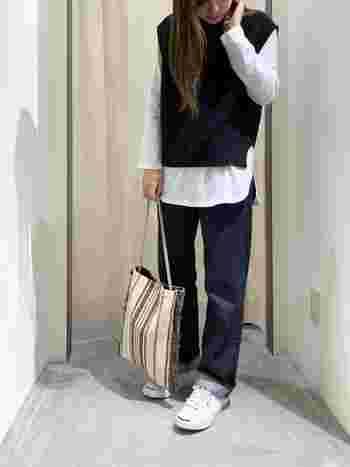 デニムに白シャツのベーシックコーデにブラックのベストをプラスして、いつもの着こなしを格上げ。カジュアルだけどどこか女性らしい装いが完成します。