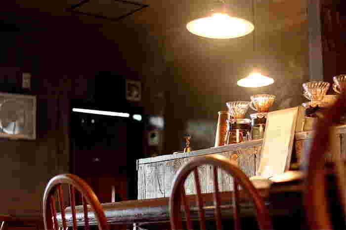 店内は、木のぬくもりとあたたかみのある明かりが広がる優しい空間です。素敵な内装はオーナー自ら手がけたんだとか。こだわりが感じられますね。