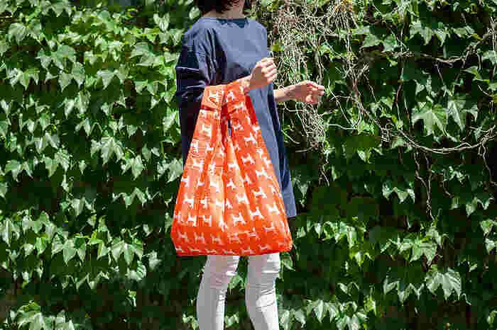 こちらのバッグは、レジ袋をモチーフにして作られています。13〜15kgまで耐えられる丈夫さと、耐水性が魅力です。雨の日のお買い物も安心ですね!