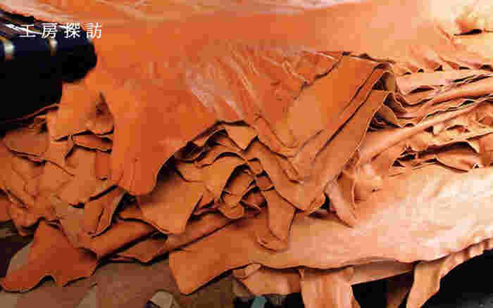 妥協を許さず選び抜かれた革。個性を生かした革作りから土屋鞄は生まれています。