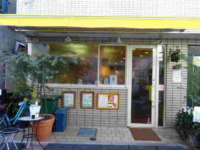 東武浅草駅から15分ほど歩いた裏路地にある「ミモザ」。店名の通りミモザのような黄色い看板が目印です。春に訪れると店先のミモザの花が咲いているのを見ることもできますよ。