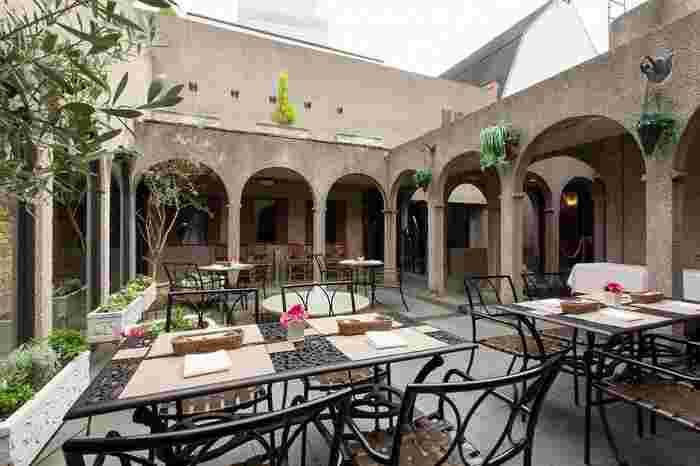 アーチ状の回廊に囲まれた中庭には、噴水があり、色とりどりの花が咲き乱れており、まるでイスラムの宮殿に招き入れられたような気分になります。