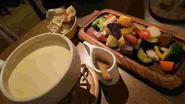 酪農王国・北海道には、数えきれないほどのチーズ工房があります。その北海道チーズをたっぷり味わえるのが「Sapporo Cheese House Mero.」種類ごとに異なる工房のチーズを揃え、ワインとの組み合わせを楽しめます。冬にはトロトロのチーズフォンデュや、卓上で溶かしていただくラクレットチーズなどがおすすめ。