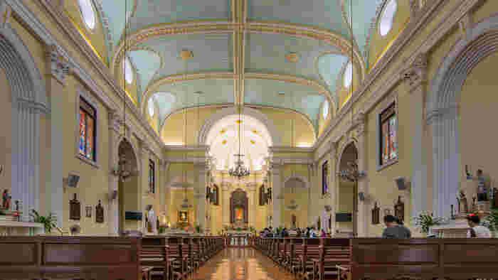 聖ローレンス教会の美しさは、外観だけではありません。内部はパステルイエローの壁と水色の天井で彩られており、さらに華やかなステンドグラスも多数並んでいます。外から見るだけでなく、ぜひ内部も見学してみてくださいね。