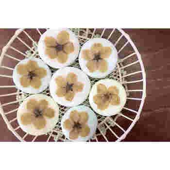 サクラの押し花を飾った石鹸。和テイストな落ち着きのある石鹸も素敵です。