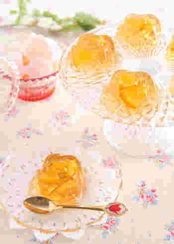 紅茶とオレンジコンポートを使ったエレガントな味わいの寒天スイーツです。ガラスの器に盛り付けて、涼しげに味わいましょう。