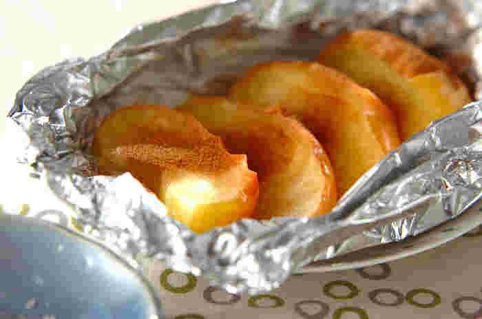 リンゴに白ワイン、ハチミツ、バターをのせて焼くだけ。おうちカフェタイムにいかがですか。