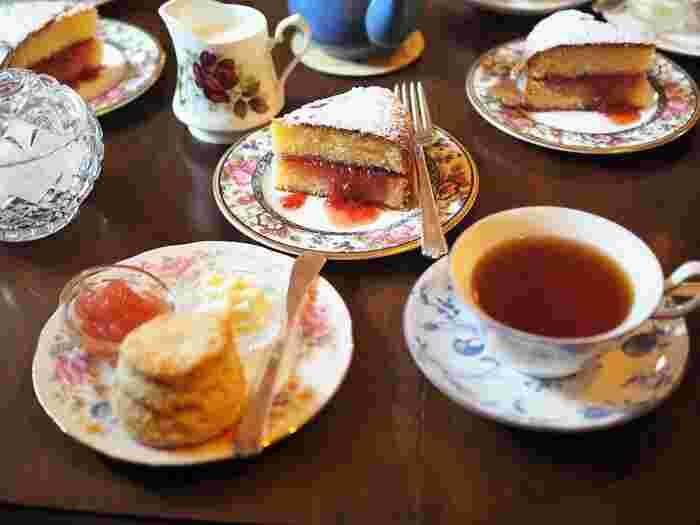 英国仕様のジャムがたっぷり挟まれたヴィクトリアサンドイッチやお馴染みのスコーン。そこに合わせる爽やかな茶葉の香りのイングリッシュティー。紅葉見物の後の贅沢なアフタヌーンティーもおすすめです。