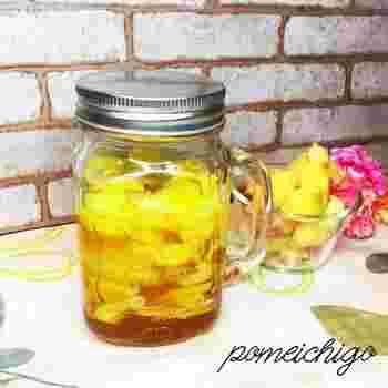 必ず煮沸した瓶に生姜を入れ、はちみつを注ぎます。涼しい場所で1日~1週間寝かせたら完成です!生姜のエキスは2日間ほどで出てきますが、一晩くらいで生姜から水気が出てきて、はちみつがさらっとしてきたら食べられます。