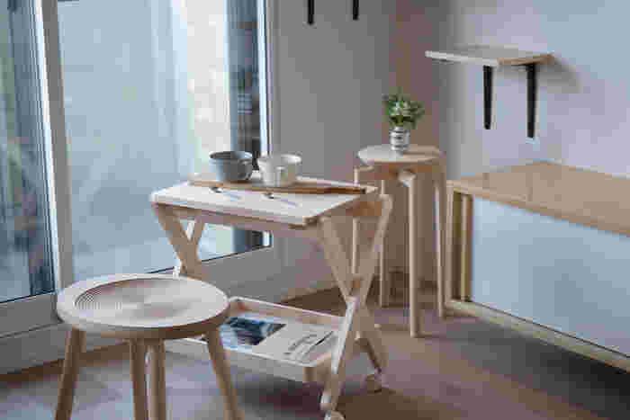 ワンルームなどの一人暮らしの空間は、テーブルを1つ置くだけで結構な存在感。狭くてインテリアの置き場所に困る時には、ワゴンテーブルを活用しましょう。 天板はトレーとして持ち運びできて、使わない時にはスリムに収納。cosine(コサイン)旭川本店×SUU(スー)のオリジナルコラボワゴンは、白木の美しさも上質。