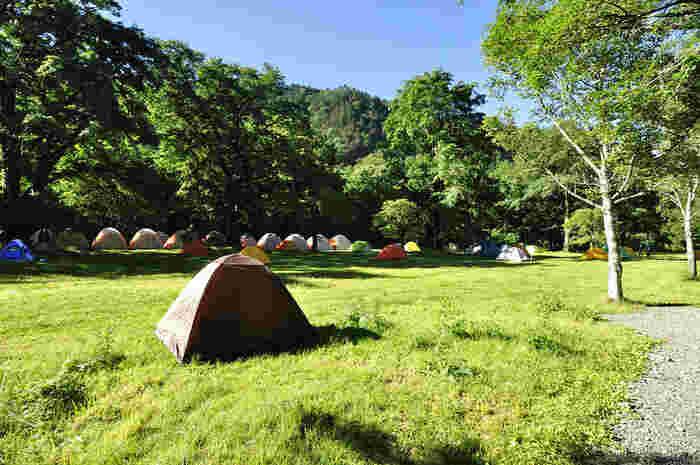 意外と知られていないかもしれませんが、上高地ではキャンプを楽しむことが出来るんです。 明神地区では「森のリゾート小梨キャンプ場」、徳沢・横尾地区では「徳沢キャンプ場」「徳沢・横尾地区」3つのキャンプ場があります。