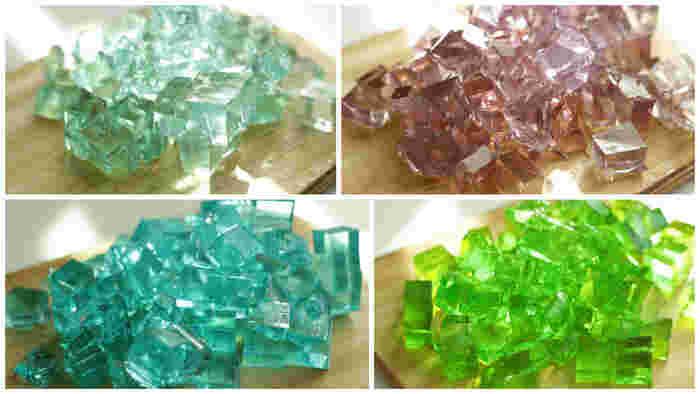 """青はカキ氷シロップの""""ブルーハワイ""""を濃いめに、水色は薄めて濃淡をだしているそう。 紫は、ブルーハワイに食紅の赤を少量プラスして、黄緑は食紅の黄色と緑をミックスしています。"""