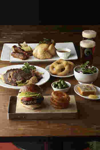 食事やライブステージが楽しめる『ブルックリンパーラー』。人気のハンバーガーやブルックリンラガーが楽しめ、満足度の高いレストランです。