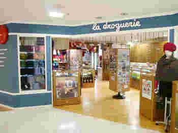 多色展開のボタンをはじめ、ビーズやラインストーン、リボン、アクセサリーパーツを量り売りする店として、1975年、パリのレ・アールにオープン。フランスに10店舗、日本には5店舗があり、都内では渋谷と池袋の西武デパートに入っています。※画像は渋谷店。