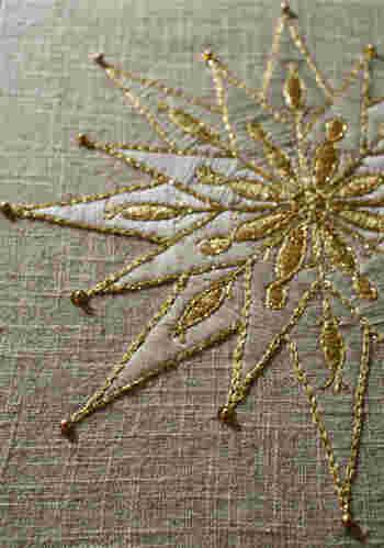 ゴールドとシルバーの糸で刺繍された、輝く星のようなモチーフです。すてき♪