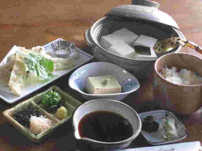 ここに来たら、ぜひ味わいたいのが特選湯豆腐。なめらかな食感、コクのある味わいの豆腐にお好みの薬味を添えていただきます。大豆本来の旨みをじっくり味わえる、湯豆腐。口に入れるととろける滑らかさに、あなたもきっと驚くはずです。昼のランチでは「湯どうふ膳」が2,100円からと、リーズナブルに楽しめるのも魅力。