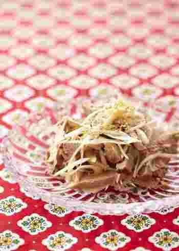 チャーシューにほんの少し手を加えるだけで、また違った味わいの絶品おつまみに。ねぎや酢、ラー油などの調味料を加えて和えるだけです。