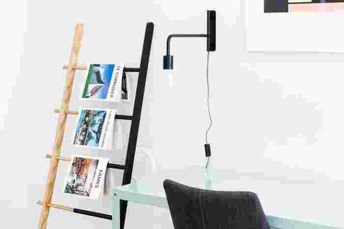 棚ではありませんが、ハシゴをマガジンラックにしている面白い例です。表紙が美しい雑誌や洋書、画集や写真集などは表紙を面に向けて、見せる収納もアリです。