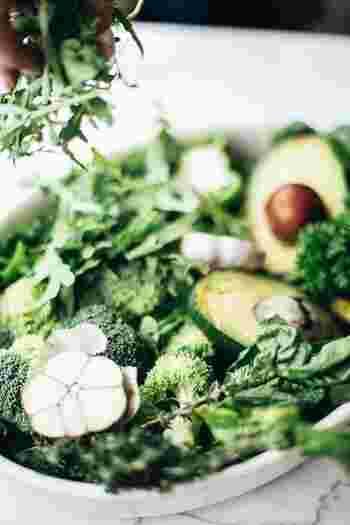 『緑』の食材の多くは、身体の機能を整えるビタミンやミネラルを多く含み、高い抗酸化作用を持つ野菜と果物です。多めの摂取を心がけたい食材です。  【緑色の主な食材】 小松菜、ホウレン草、春菊、ニラ、ピーマン、ブロッコリー、絹サヤ、パセリ、キャベツ、レタス、アスパラ、キウイなど