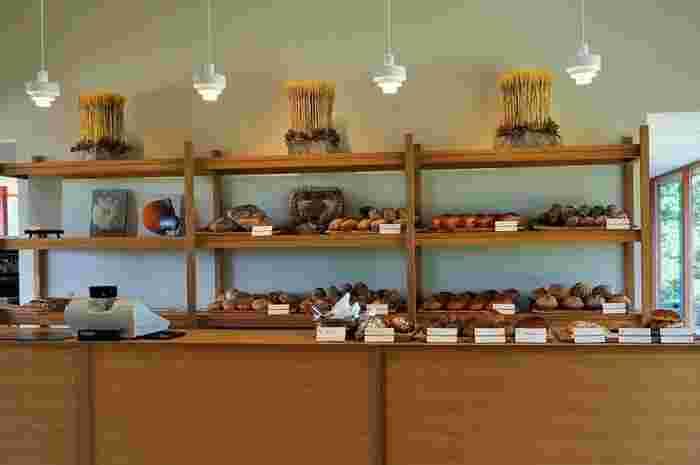 お店の工房で作られている、地元産の小麦を使った窯焼きのパン。レストランで提供されるほか、店頭での販売もされています。