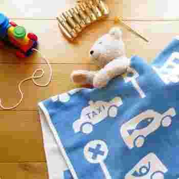 車や標識など、男の子の大好きなものが詰まったクリッパンのブランケットは、ベビーギフトとして人気。オーガニックのシュニールコットン糸で織られたブランケットは、素肌に触れるとやわらかく、赤ちゃんにやさしい上質な肌触り。